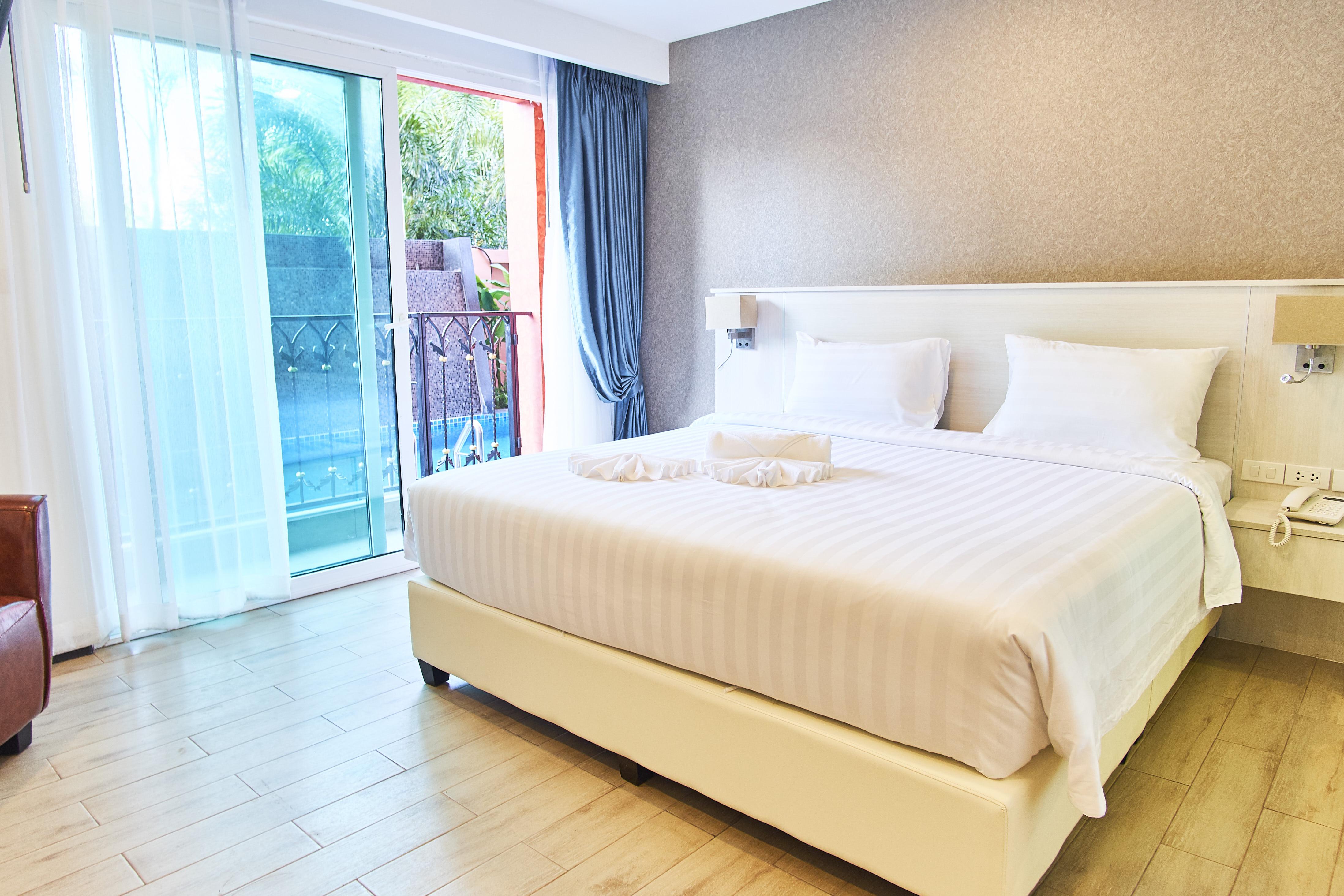 pool-classic-room-sonia-residence-pattaya